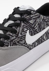 Nike SB - CHARGE SLR - Sneakers laag - particle grey/white/black - 5