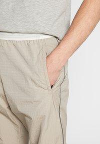 Nike Sportswear - Teplákové kalhoty - khaki/light bone - 6