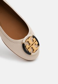 Tory Burch - MINNIE BALLET WITH MULTI LOGO - Baleriny - rice paper - 4