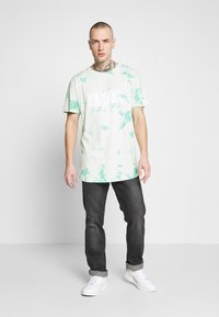 Cayler & Sons - MIND CONTROL ROUNDED TEE - Print T-shirt - mint/white - 1