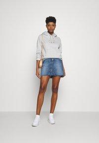 Tommy Jeans - SHORT SKIRT FLY - Denimová sukně - mid blue rigid - 5