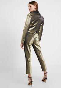 Allen Schwartz - ABBEY METALLIC CROPPED PANT - Pantalon classique - gold - 2
