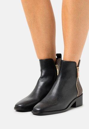 CAMILLA  - Korte laarzen - black/fango