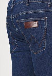 Wrangler - LARSTON - Jeans slim fit - indigo rules - 3