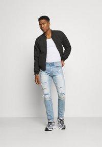American Eagle - MEDIUM MOVE FREE - Slim fit jeans - getaway light - 1