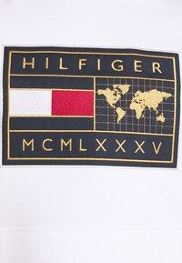 Tommy Hilfiger - ICON EARTH BADGE HOODIE - Sweatshirt - white - 5