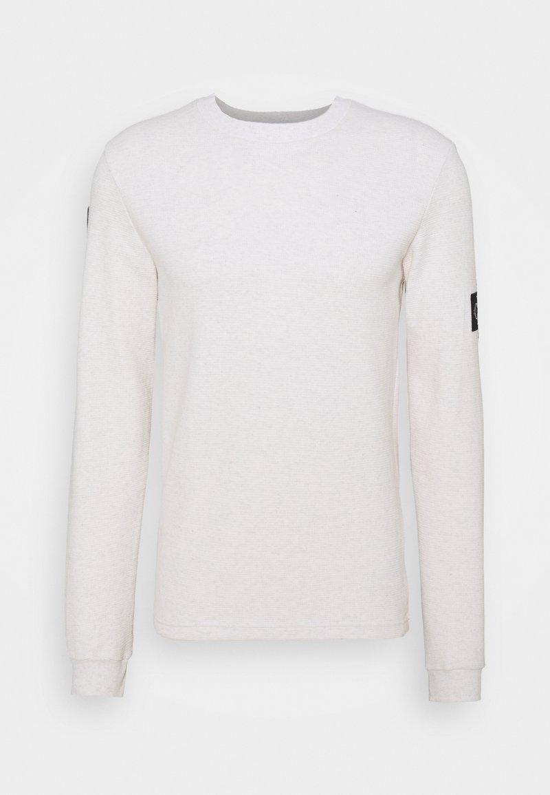 Calvin Klein Jeans - MONOGRAM BADGE WAFFLE - Stickad tröja - beige