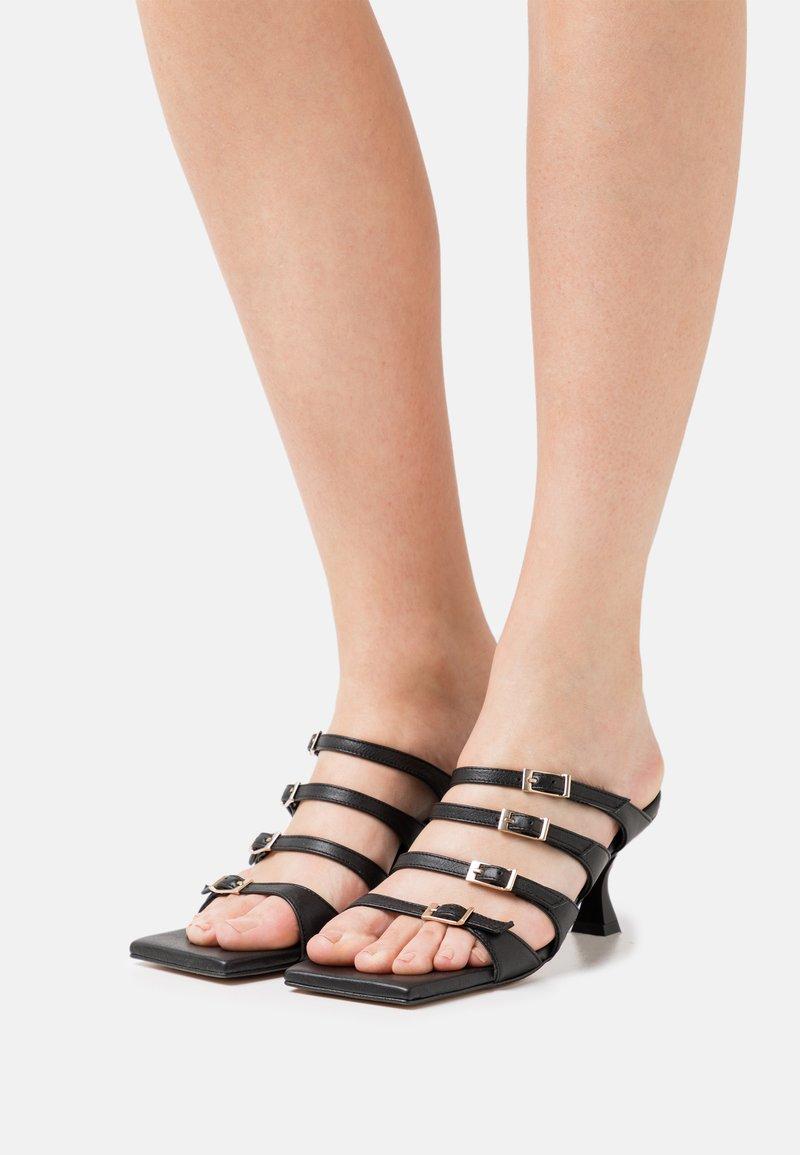 ALOHAS - PRICKLY - Pantofle na podpatku - black