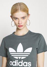 adidas Originals - TREFOIL TEE - T-shirt imprimé - blue oxide - 3