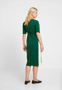 Glamorous Bloom - MIDI STRIPE DRESS WITH KNOT BELT - Jerseyjurk - dark green/contrast - 2