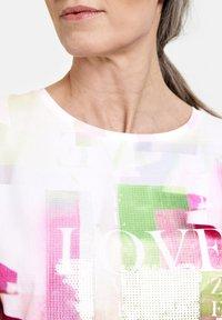 Gerry Weber - MIT MODISCHEM - Print T-shirt - ecru/weiss multicolor - 1
