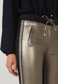 Aaiko - SOSA METALLIC PU 556 - Trousers - taupe - 1