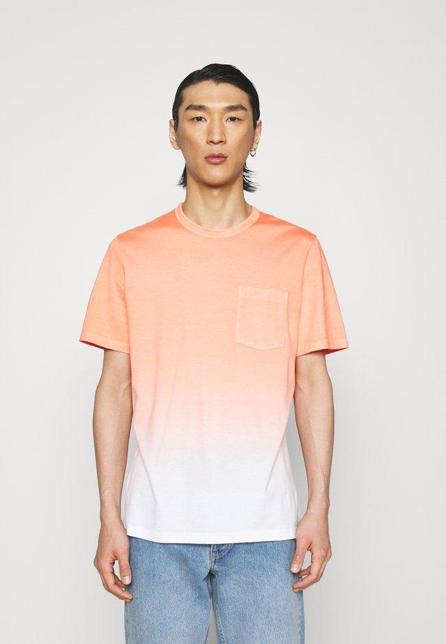 ESSENTIAL TEE - Print T-shirt - vivid coral/soft white