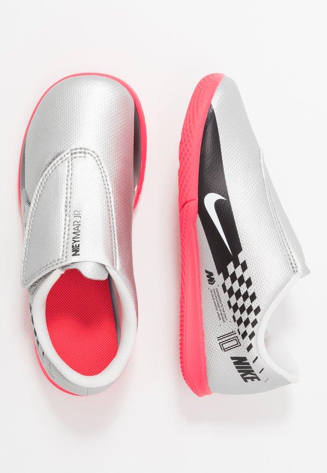 VAPOR 13 CLUB NEYMAR IC - Indoor football boots - chrome/black/red orbit/platinum tint/white