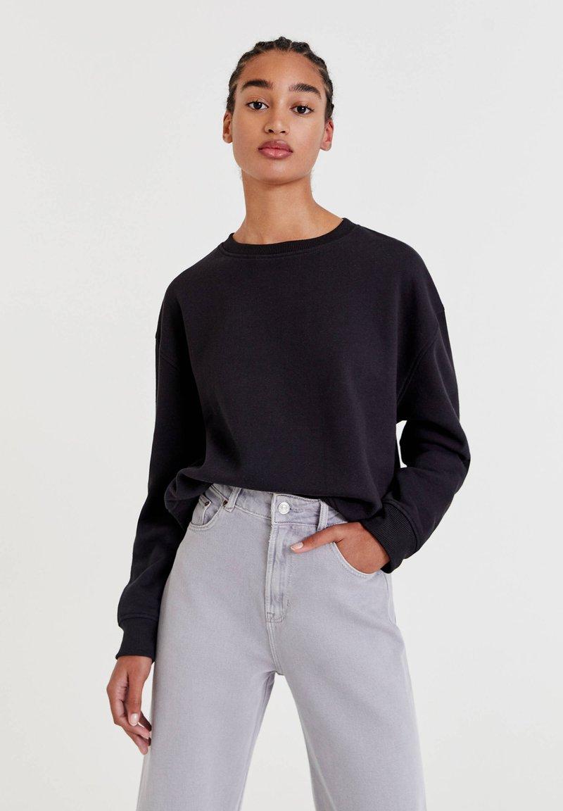 PULL&BEAR - MIT RUNDAUSSCHNITT - Sweatshirt - black