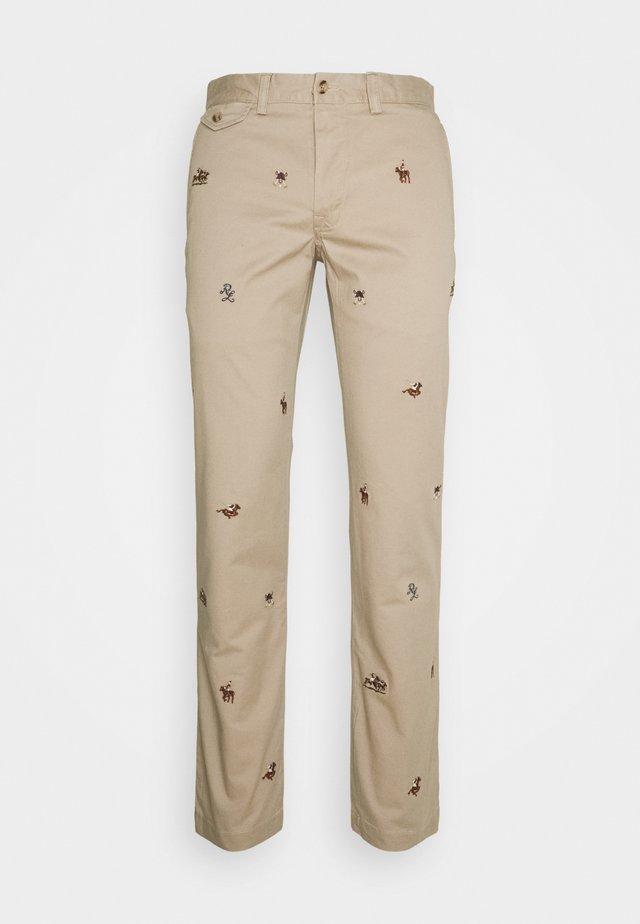 SLIM FIT BEDFORD PANT - Pantalones chinos - tan