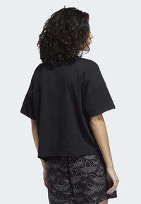 adidas Originals - LARGE LOGO T-SHIRT - Print T-shirt - black - 1
