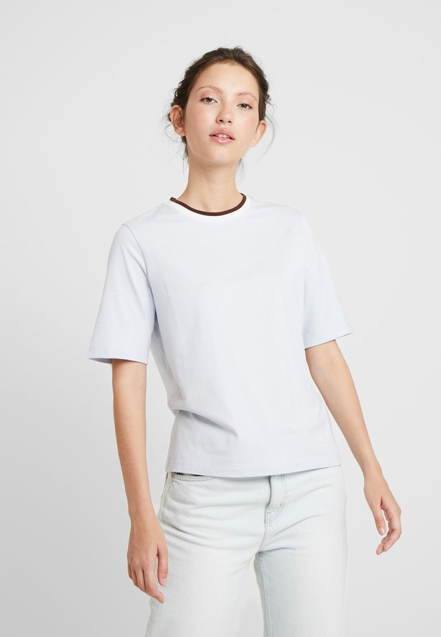 DAVI - Basic T-shirt - light blue/chestnut/offwhite