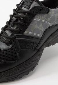Coach - C143 REFLECTIVE SIGNATURE - Sneakers basse - black - 5