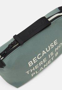 Ecoalf - VANITY CASE MESSAGE - Kosmetická taška - sage - 3