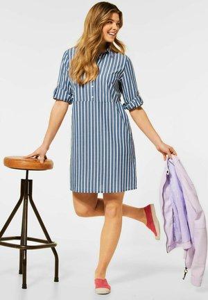 MIT STREIFEN MUSTER - Shirt dress - blau