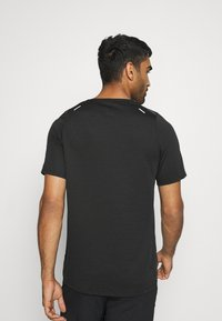 Nike Performance - RUN DIVISION RISE 365 - Print T-shirt - black/reflective silver - 2