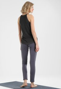 Yogasearcher - Top - black - 2