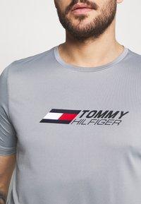 Tommy Hilfiger - ESSENTIALS TRAINING TEE - T-shirt con stampa - grey - 5