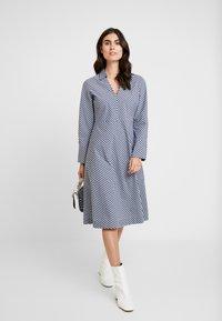 And Less - ALDEBRA DRESS - Denní šaty - blue nights - 1