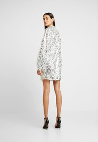 Nly by Nelly - HIGH NECK SEQUIN DRESS - Vapaa-ajan mekko - silver - 3