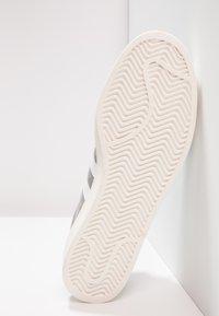 adidas Originals - CAMPUS - Sneakersy niskie - grey three/footwear white/chalk white - 4