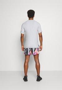 Nike Performance - STRIDE SHORT - Pantalón corto de deporte - bright mango - 2