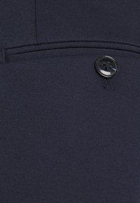 Selected Homme - SLHSLIMTAPERED JIM FLEX ANKLE - Trousers - navy blazer - 2