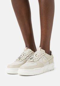 Nike Sportswear - AF1 PIXEL - Baskets basses - light stone/summit white/pale coral - 0
