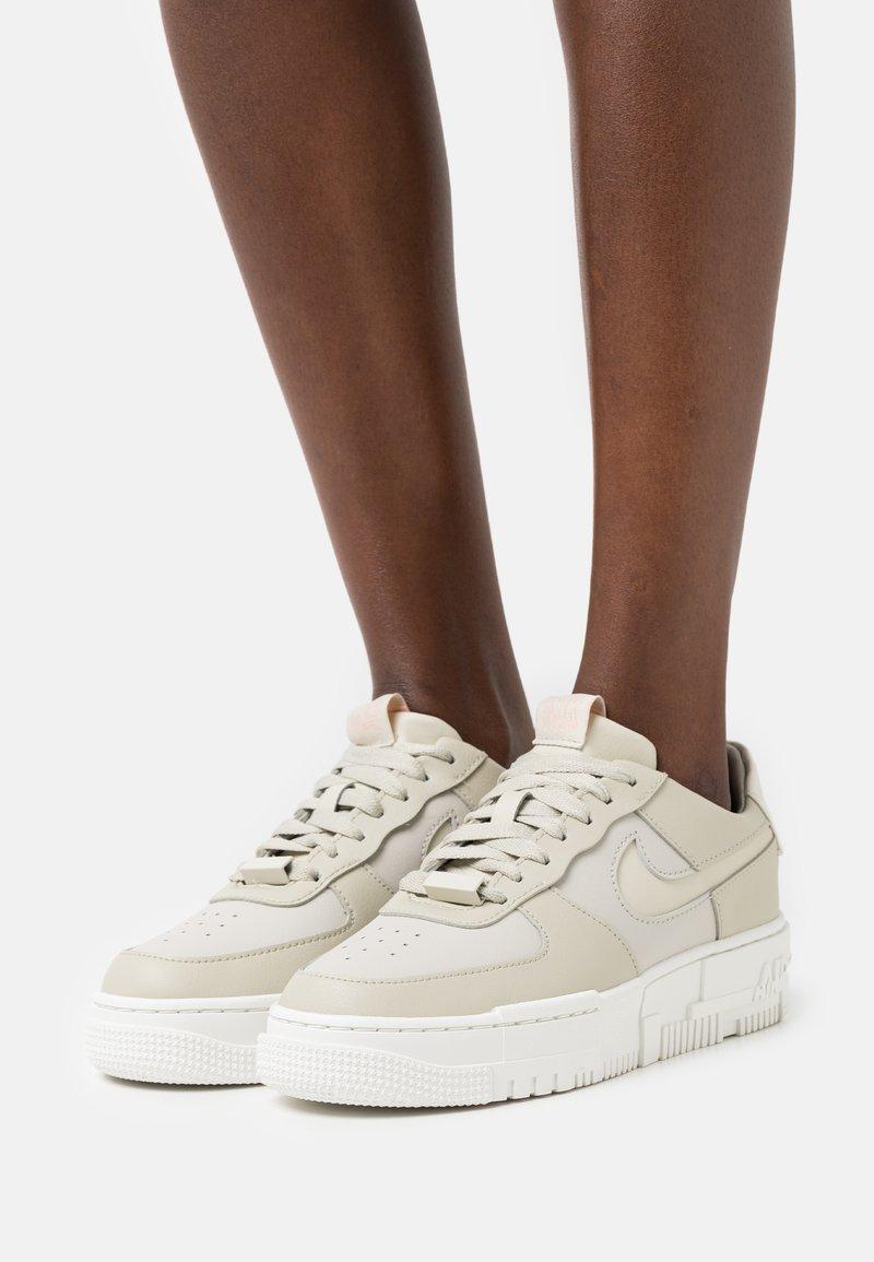 Nike Sportswear - AF1 PIXEL - Baskets basses - light stone/summit white/pale coral