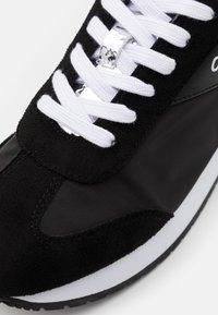 Calvin Klein Jeans - JERROLD - Zapatillas - black/silver - 5