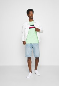 Tommy Hilfiger - GLOBAL STRIPE TEE - T-shirt z nadrukiem - green - 1
