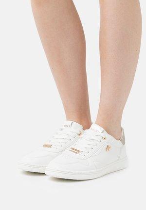GISELLE - Matalavartiset tennarit - white/gold