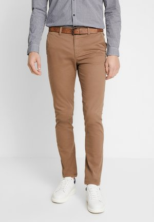SLIM CHINO WITH BELT - Chinos - honey camel beige