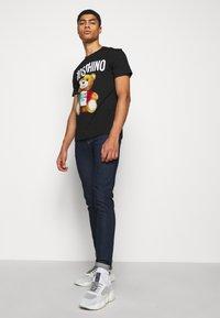 MOSCHINO - Print T-shirt - fantasy black - 4