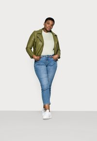 ONLY Carmakoma - CARHYSON LIFE GIRLFRIEND - Jeans Skinny Fit - medium blue denim - 1