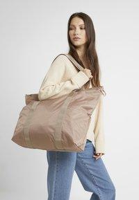 DAY Birger et Mikkelsen - GWENETH TONE BAG - Shoppingveske - stucco - 1