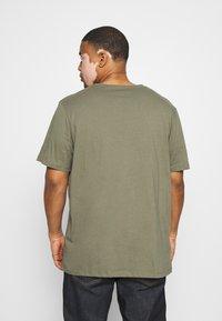 Jack & Jones - JORMOVESMALL TEE CREW NECK - Print T-shirt - dusty olive - 2