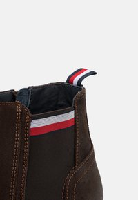 Tommy Hilfiger - CORPORATE CHELSEA - Bottines - cocoa - 5