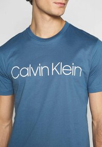 Calvin Klein - FRONT LOGO - T-shirts print - blue - 5