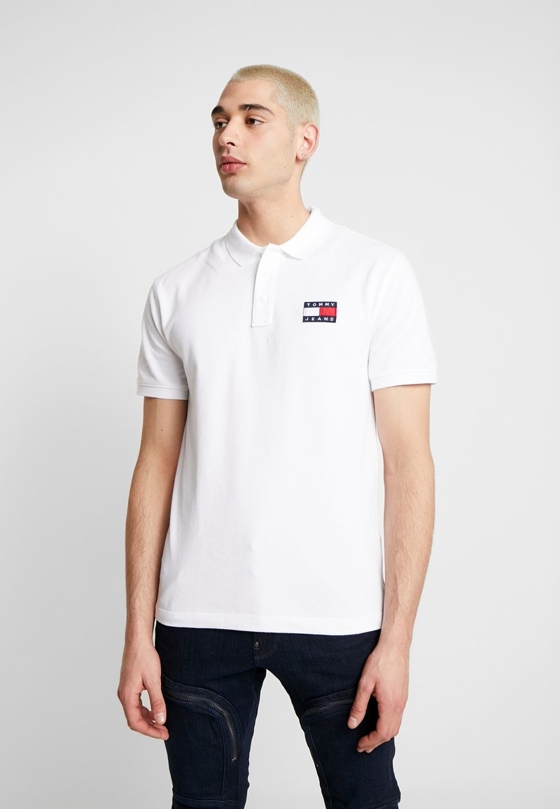 Tommy Jeans - BADGE - Koszulka polo - classic white