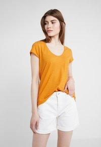 DRYKORN - AVIVI - Basic T-shirt - curry - 0