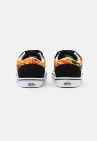 Vans - COMFYCUSH OLD SKOOL UNISEX - Sneakers laag - black/true white - 2