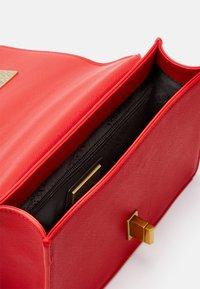 Versace Jeans Couture - SAFFIANO LOCK CROSSBODY - Taška spříčným popruhem - rosso - 8
