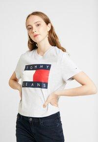 Tommy Jeans - FLAG TEE - T-shirt imprimé - pale grey - 0